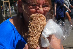One way of devouring the chimney cake