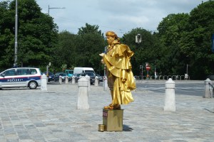 Living Mozart statue.