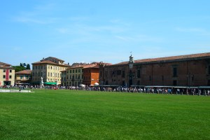 Tourists and vendors alongside the Campo dei Miracoli
